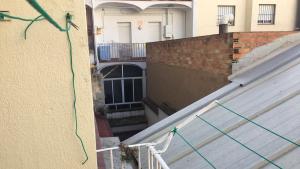 Al fons, el forat de sis metres on s'ha despenjat el gat al carrer Unió de Tarragona.