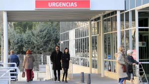 Alejandra Rubio junto a su novio entrando a urgencias