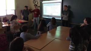 Alumnes de l'Institut Narcís Oller compartint coneixements i experiències amb alumnes de l'Escola La Candela