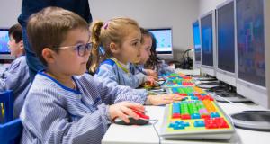 Alumnes d'Educació Infantil treballant amb ordinadors a La Salle de Reus