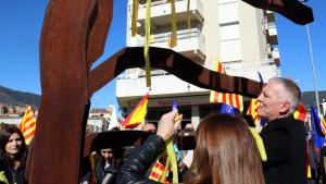 Arrimadas i la plana major de C's tallen llaços grocs al poble de Puigdemont