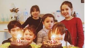 Celebrando el cumpleaños de sus gemelas