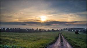 Cielos cubiertos por nieblas matinales en la Meseta y en las principales depresiones, y por encima muchas nubes altas
