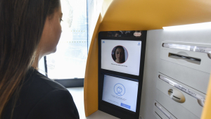 Cliente utilizando reconocimiento facial Caixabank