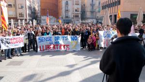 Concentració a la plaça Barcelona de Tortosa durant la lectura del manifest
