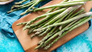 Conocemos las virtudes de los espárragos y cómo cocinarlos en distintas recetas.