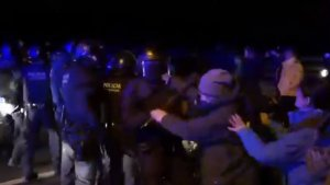 Cops de porra dels Mossos per apartar un grup de manifestants que obstaculitzava la sortida de Forcadell