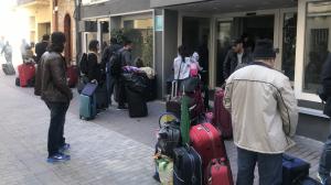 Desenes de persones fan cua a la porta de l'Hotel Morros per instal·lar-s'hi.