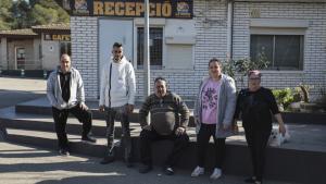 Diversos dels campistes fixos afectats, a davant de les oficines de direcció del càmping La Unión.