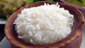 El arroz hervido es un alimento recomendable en casos de diarrea.