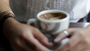 Mujer tomando un café