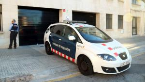 El cotxe de Mossos d'Esquadra que custodia els pares del nadó, en la seva arribada a l'Audiència, on han passat a disposició judicial.