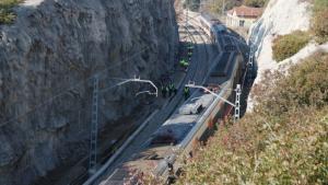 El tren accidentat amb operaris caminant a les vies