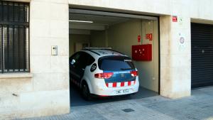 El vehicle de Mossos d'Esquadra que custodia els pares del nadó, en la seva arribada a l'Audiència.
