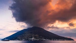 El volcà Stromboli erupciona continuament des del 1932