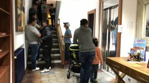 Els allotjats a l'Hotel Morros de Torredembarra fan cua a l'espera dels torns per sopar, aquest dissabte a la nit.