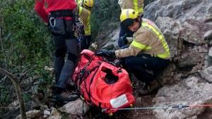 Els bombers, en el moment del rescat a la dona