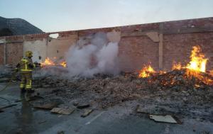 Els Bombers extingint les flames de la granja abandonada d'Alcover.