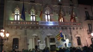 Els cants a la llibertat davant l'Ajuntament de Terrassa aquest dimarts 19 de febrer