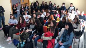 Els estudiants que participen d'aquest intercanvi, asseguts a la sala de plens de l'Ajuntament de Roda de Berà.