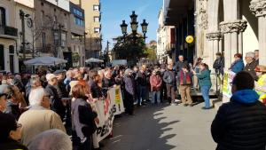 Els iaioflautes de Terrassa, protestant davant de l'Ajuntament