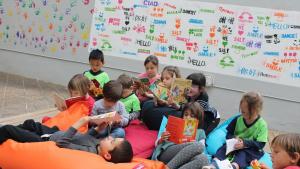 Els infants es diverteixen mentre aprenen idiomes