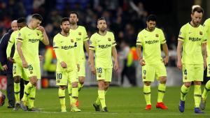 Els jugadors del Barça marxen de l'estadi del Lió després de l'empat a zero.