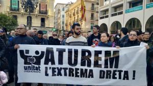 Els manifestants portaven pancartes en contra del partit d'extrema dreta