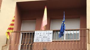 En un balcó de Vila-seca, han penjat una pancarta en contra del president Quim Torra