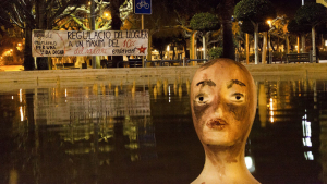 Endavant ha col·locat diversos caps en fonts tarragonines per denunciar una vida digna
