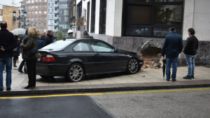 Hubo un impacto previo que hizo que el vehículo acabara estrellándose contra el edificio