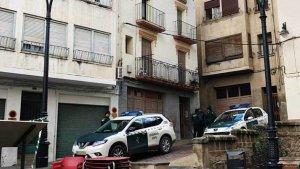 Imagen de la Guardia Civil en el domicilio del asesinato de Caspe