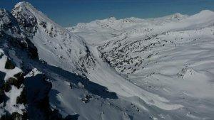 Imagen de la ladera de la montaña de Baqueira (Valle de Aran) por donde ha bajado el alud que atrapa a 3 esquiadores