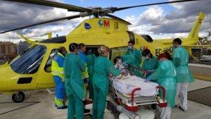 Imagen de la persona herida siendo trasladada en helicóptero.