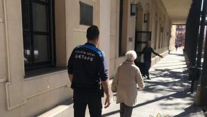 Imagen de la policía local de Getafe acompañando a una mujer estafada