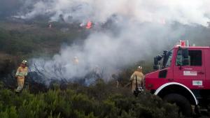 Imagen de los bomberos trabajando en uno de los focos de los incendios