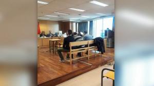 Imagen de los tres acusados en el banquillo del tribunal