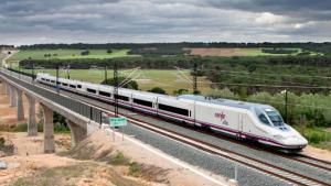 Imagen de un AVE circulando por las vías