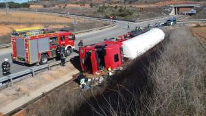 Imagen del camión volcado en el accidente de Burgo de Osma, Soria