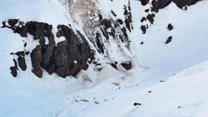 Imagen del tamaño del alud que ha enterrado a una decena de personas en una estación de esquí suiza