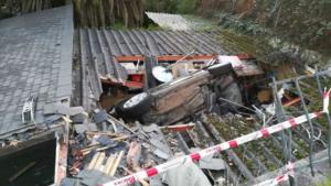 Imagen del vehículo estrellado contra el tejado del estacionamiento
