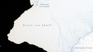 Imagen satélite de la plataforma de hielo Brunt con la gran grieta que amenaza romper el glaciar