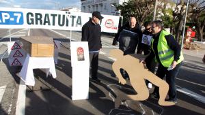Imatge d'arxiu d'un grup tallant l'N-340 per protestar a les Cases d'Alcanar.