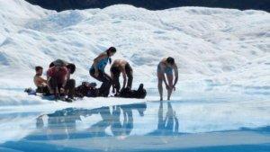 Imatge de gent banyant-se a les glaceres de la Patagònia
