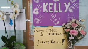 Imatge del cartell en memòria de la Kelly que hi ha a l'entrada de l'Institut Salvador Vilaseca.