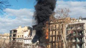 Imatge del pis que crema a Girona des del punt de les 14:30 hores d'aquest matí