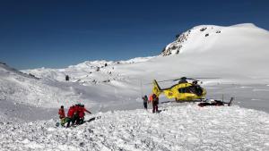 Imatge del rescat en helicòpter dels esquiadors