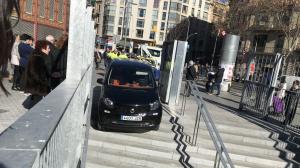 Imatge del vehicle enquistat a les escales del mercat de Sant Antoni