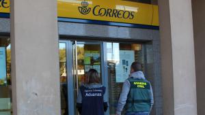Imatge dels agents de la Guàrdia Civil i l'Agència Tributària, a l'oficina de Correus