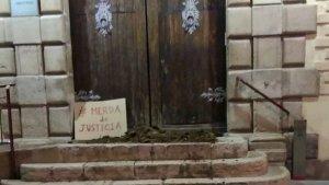 Imatge dels jutjat de Tortosa amb fems a les seves portes.